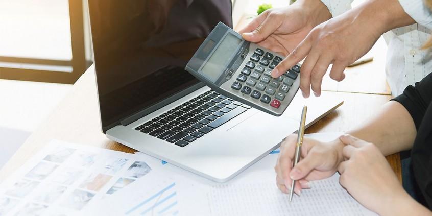 Calculando finanças do posto de combustível.